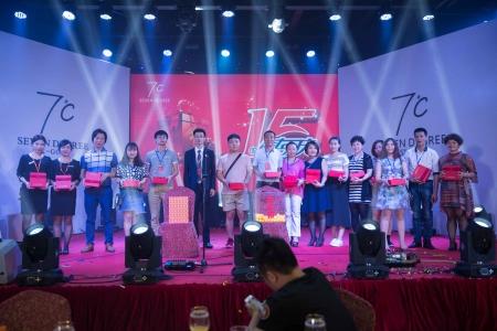 七度银饰,总经理林志山先生(左六)与三等奖(兰蔻化妆礼包)获得者合影