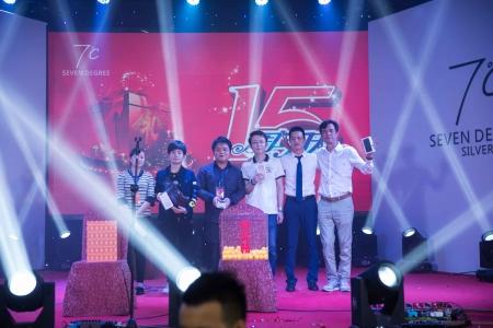 七度银饰,董事长林剑锋先生(右二)与一等奖(iPhone 7)获得者合影
